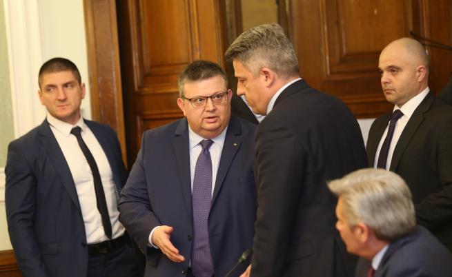 Цацаров нареди уволнението на военен следовател, работил като букмейкър
