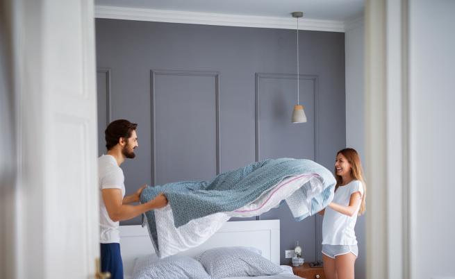 Колко често мъжете и жените сменят чаршафите