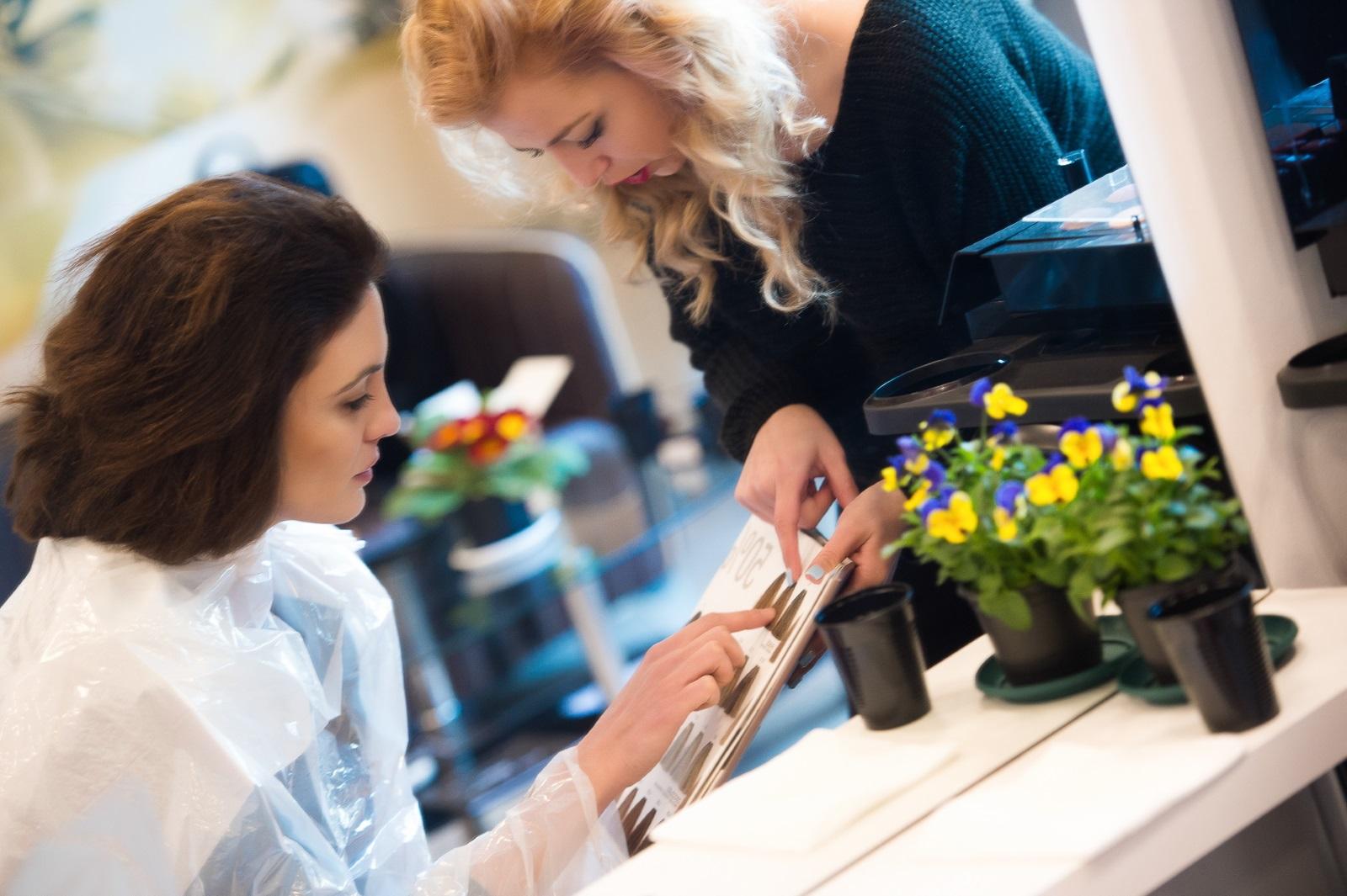 """Диана Димитрова отряза косите си, създавайки промяна във визията и ново начало за д-р Огнянова в """"Откраднат живот"""".<br /> Една от най-обичаните актриси в хитовия български медицински сериал реши да остави в миналото дългите къдрици и да направи решаваща стъпка в живота на всяка жена."""