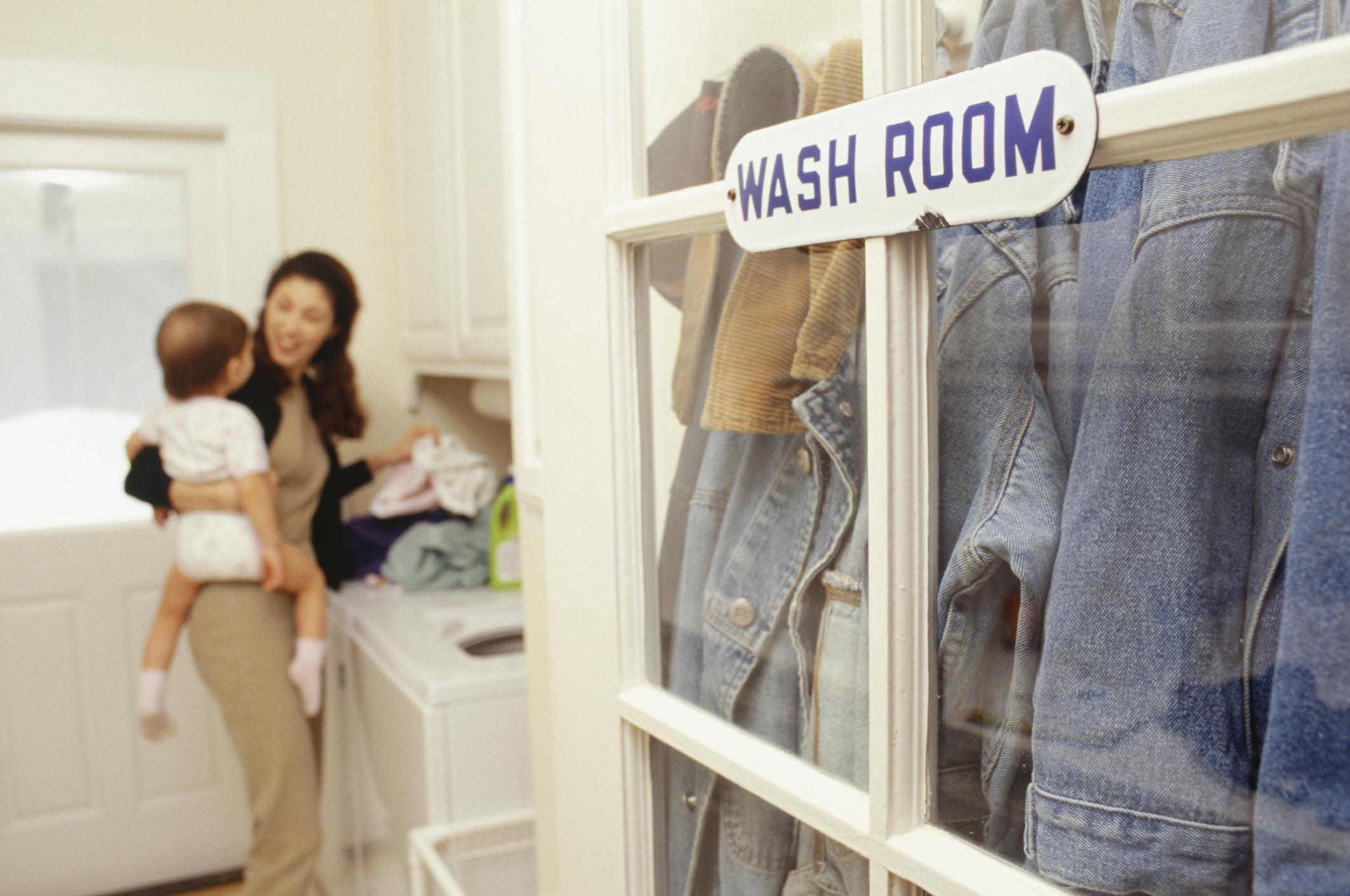 Якета и възглавници в пералнята<br /> <br /> При дрехи с пух и якета, както и възглавниците, е нужно повторно изпиране, за да не остане перилен препарат по тях. В такива случаи е най-добре да дадете тези вещи за пране на химическо почистване, където разполагат с професионални машини и ще се погрижат най-добре за правилното изпиране. Ако нямате възможност за професионално почистване – внимавайте с количеството прах и изперете повторно.