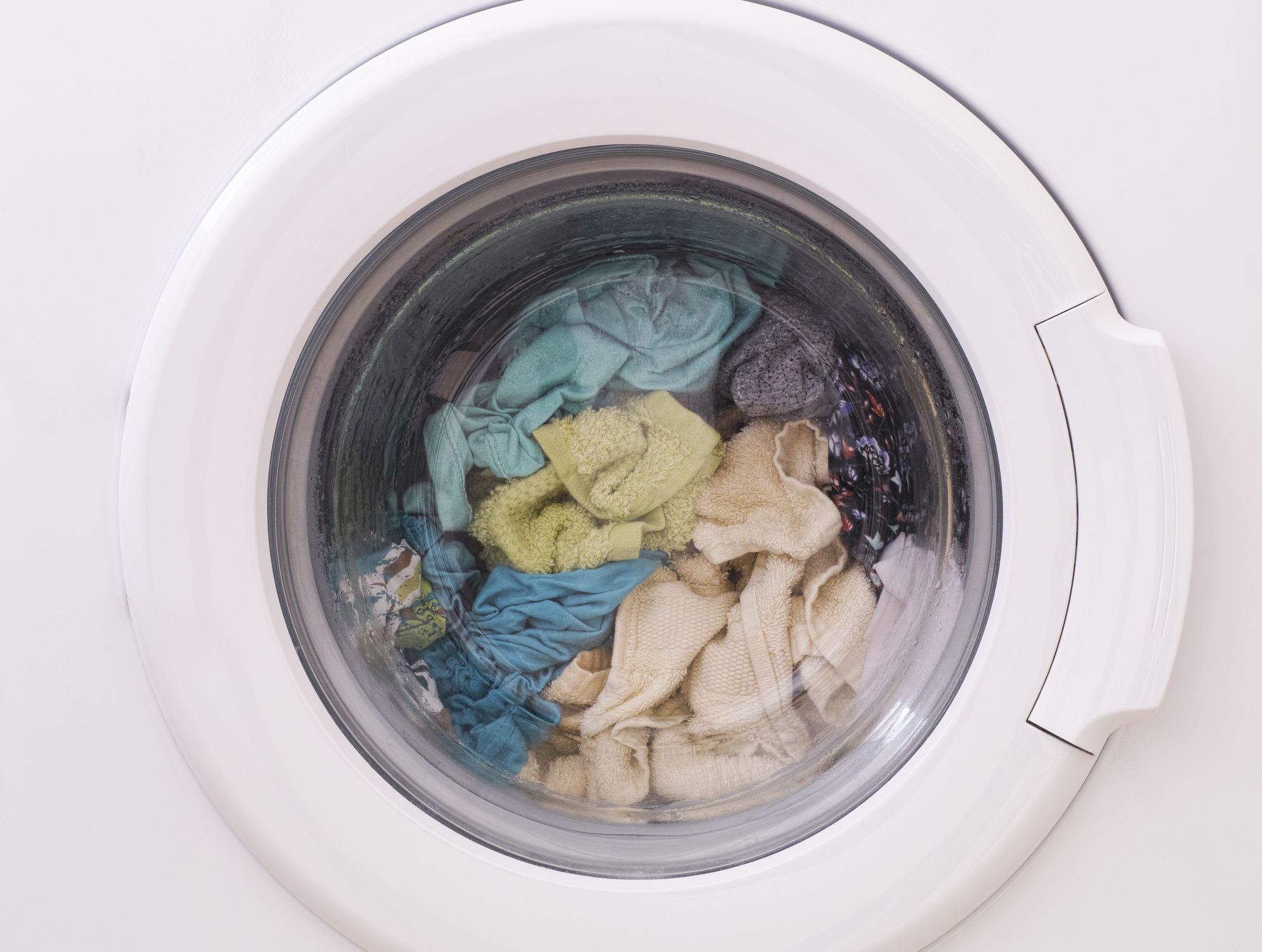 Изпраните дрехи в пералнята<br /> Най-добре е веднага, щом прането е готово, да се сложи да се суши. Мокрите дрехи бързо събират бактерии и започват да миришат неприятно.