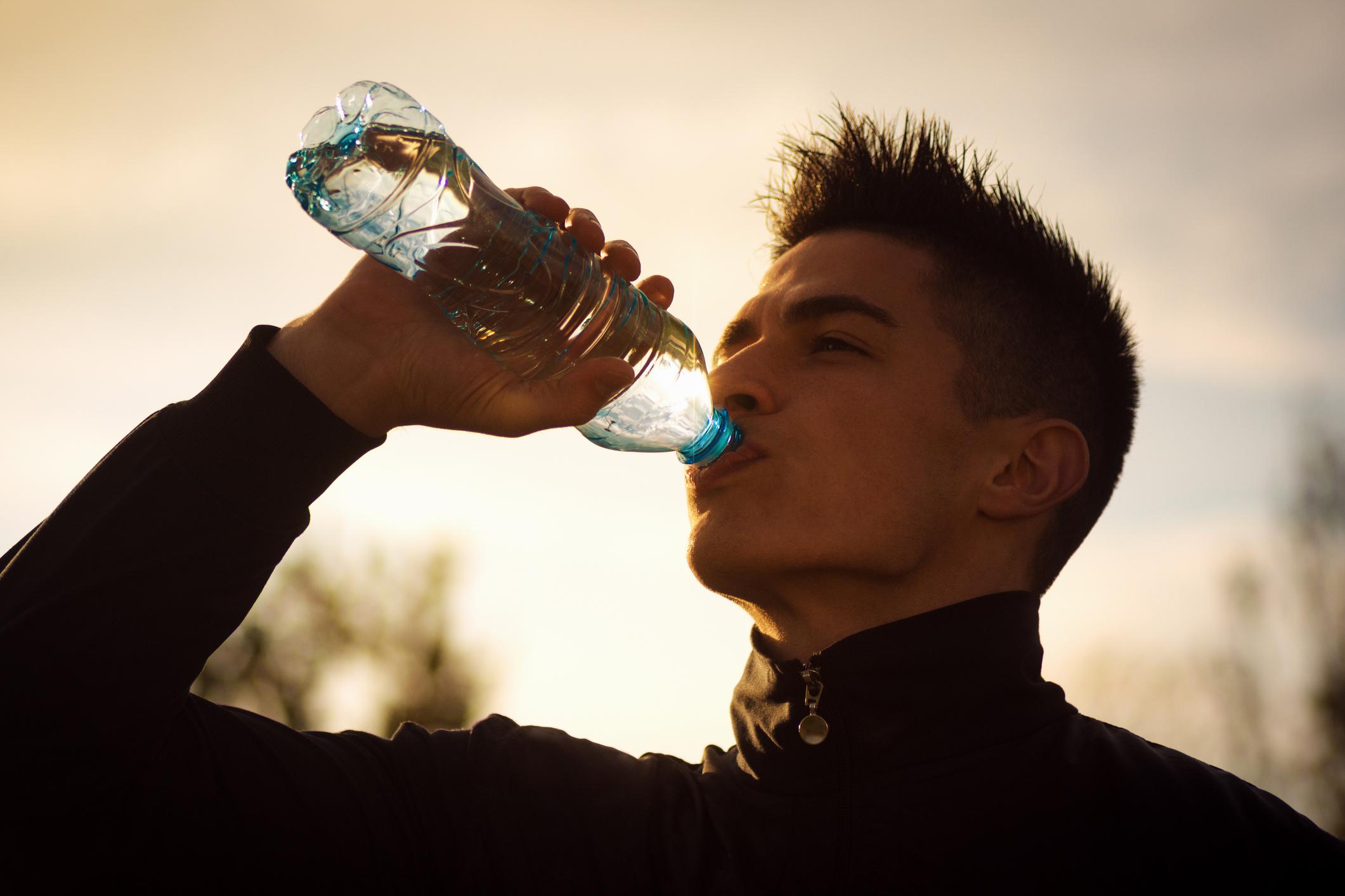 Овкусете водата с любимите си плодове, зеленчуци и билки: Накиснете вашия любим плод, зеленчук или билка в кана с вода за една нощ или за няколко часа. Освен че това ще ви помогне да пиете повече вода, добавянето на мента и лимон ще засили вашия метаболизъм.