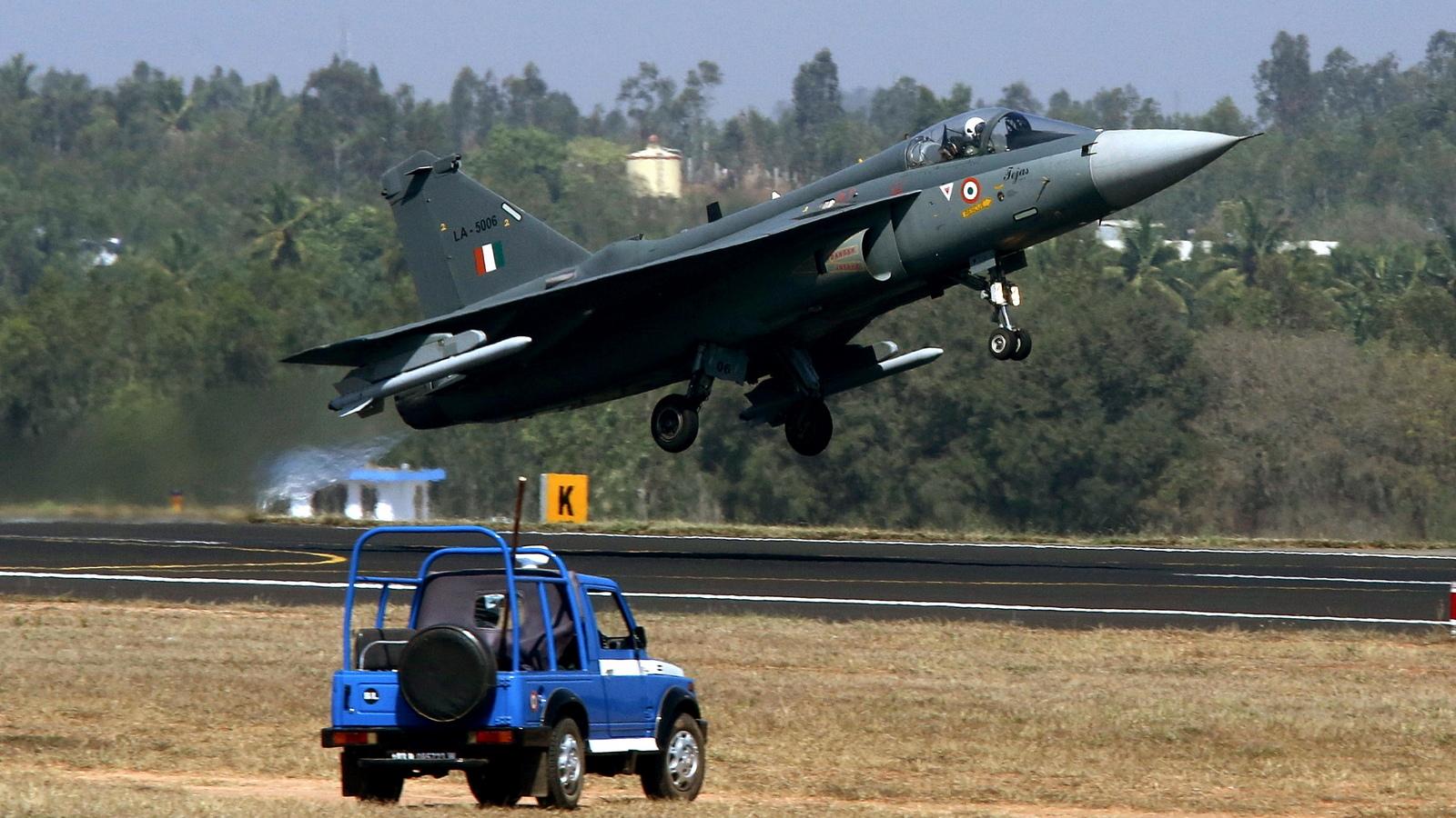 Свръхзвуковата многоцелева машина Tejas е на 60% продукт на Hindustan Aeronautics Limited (HAL) и на Министерството на отбраната на Индия. Разработката е продължила повече от 30 години.
