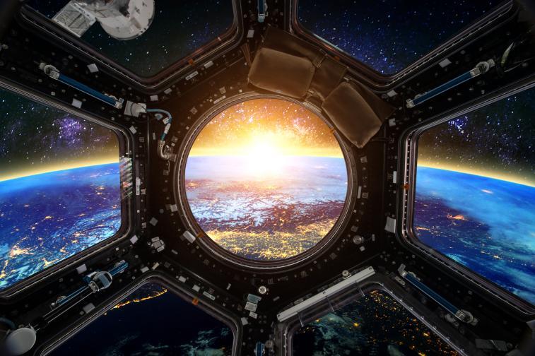 Ако сте на борда на космически кораб, който се движи със скорост близка до тази на светлината, ще се появят различни ефекти, които физика обяснява.<br /> Един от тях науката нарича релативистично забавяне на времето. Това е кинематичен ефект, описан от теорията на относителността, според който за движещ се обект всички физични процеси протичат по-бавно, спрямо неподвижен обект, при който времето се отчита в неподвижна отправна координатна система.<br />
