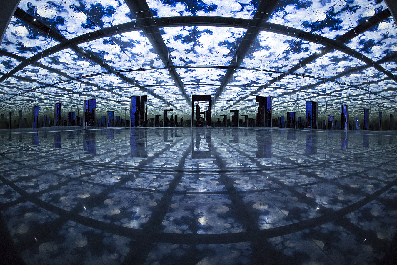"""Посетители разглеждат творби на холандски художник Винсент Ван Гог, проектирани по стените, като част от проекта """"Ван Гог: Звездната нощ"""", в дигиталния музей на изкуството """"Atelier des Lumieres"""" (""""Ателието на светлините"""") в Париж, Франция. Изложбата ще продължи от 22 февруари до 31 декември 2019 г."""