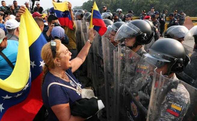 Венецуелски войници избягаха в Колумбия, сблъсъци на границата