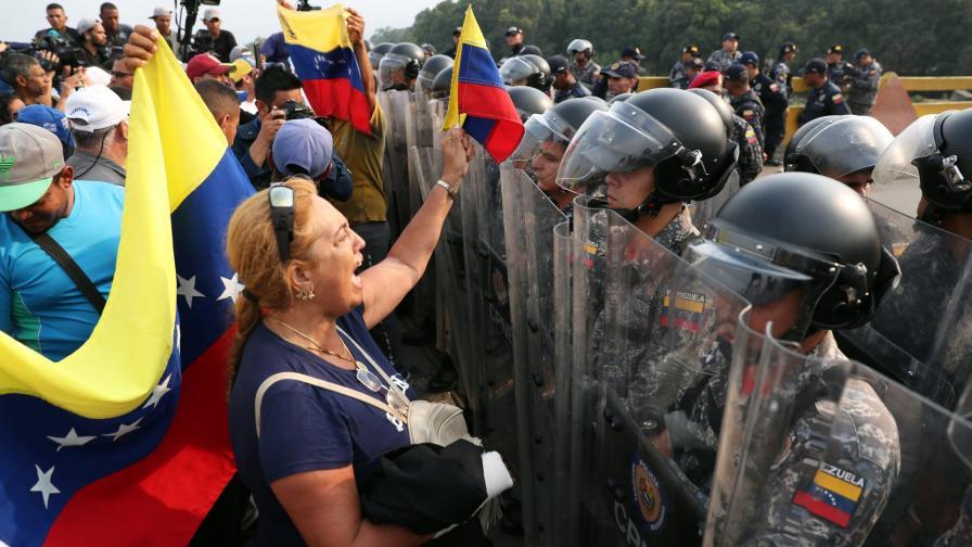 <p><strong>Венецуелски войници избягаха</strong> в Колумбия, <strong>сблъсъци</strong> на границата</p>