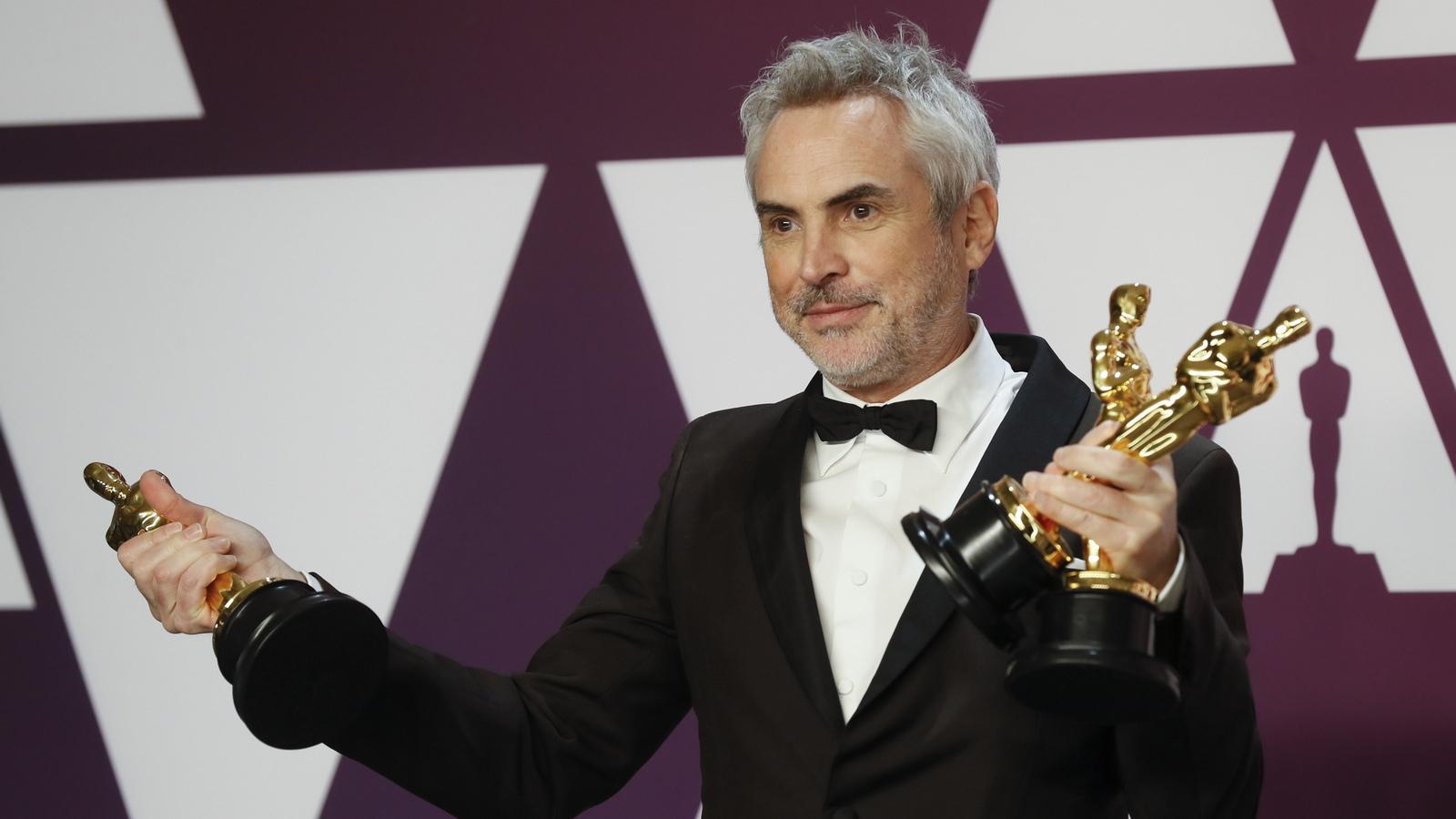 """Алфонсо Куарон взе """"Оскар"""" за най-добър режисьор, като това е трета му награда за тази вечер. По-рано той получи и наградите за най-добър чуждоезичен филм и най-добра кинематография, като за първи път един човек печели наградите за кинематография и режисура. Освен това """"Рома"""" номиниран и за най-добър филм."""