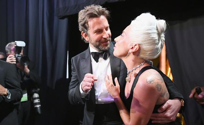 Емоционално изпълнение на Брадли Купър и Лейди Гага