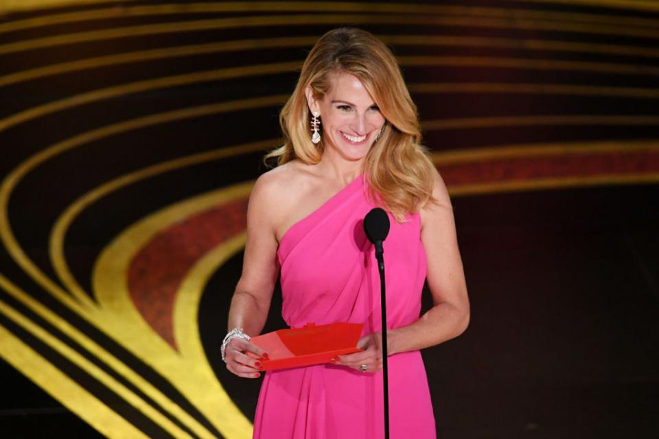 """Джулия Робъртс плени сърцата ни с най-запомнящата се визия на наградите """"Оскар"""""""