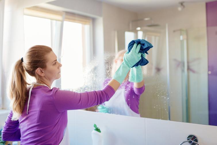 Разделете жилището на зони.Отделете всяка седмица от месеца за почистването на дадената зона. Например първа зона (съответно първа седмица от месеца) – антре, баня, тоалетна, балкони. Идеята е да си почистват неща, които иначе не бихме. Например шкафа с обувките или палтата, или да почистим лампите от прах.