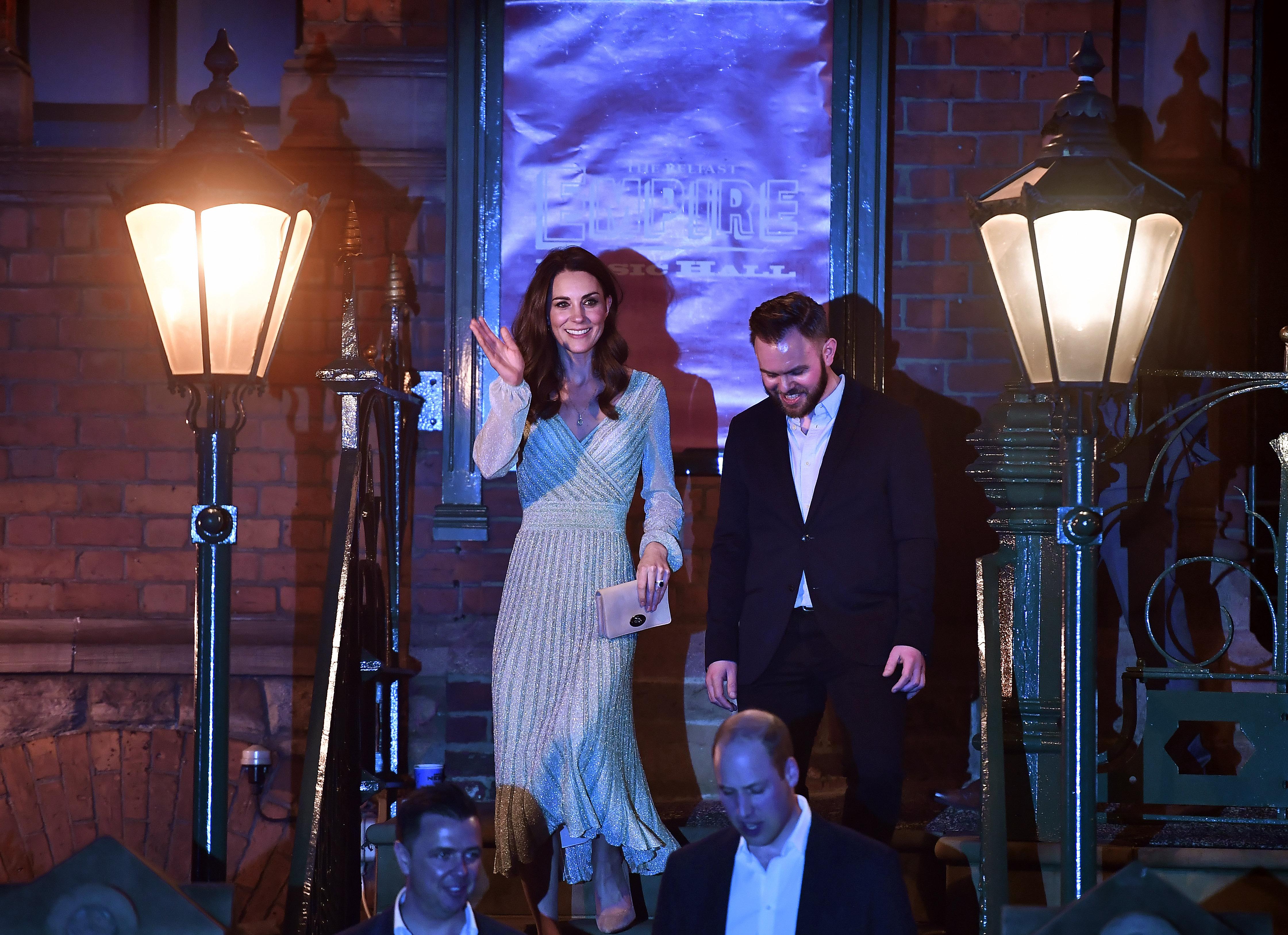ринц Уилям и съпругата му Кейт Мидълтън наливаха бира в бар в Белфаст.
