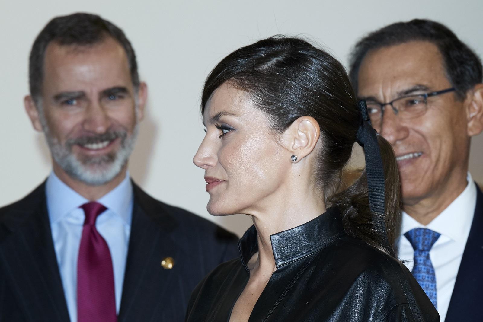 Съпругата на испанския кралФелипе VIсе появи на панаир на съвременното изкуствов Мадрид с черна кожена рокля. Дрехата е на шведска модна марка. Визията на Летисия допълваха обувки на висок ток в телесен цвят и малка черна чантичка.