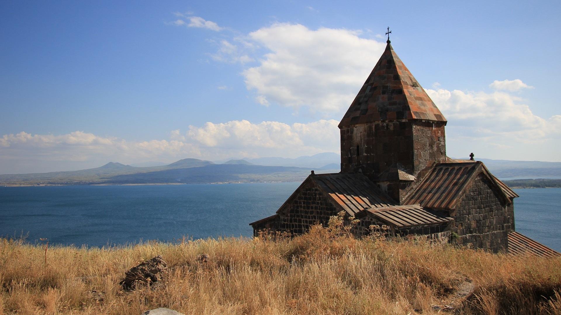 Армения<br /> <br /> През миналата пролет арменците избраха ново, по-либерално правителство и това прави раната по-привлекателна за пътешествениците. В столицата Ереван има луксозни хотели, а редица нови ресторанти вдъхват нов живот на древната арменска кухня. Освен това Армения има изключително красива провинция и няма по-добър начин да я видите, освен пеша.