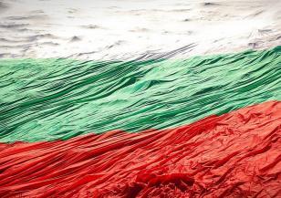 Ниагарският водопад грейна в цветовете на българското знаме