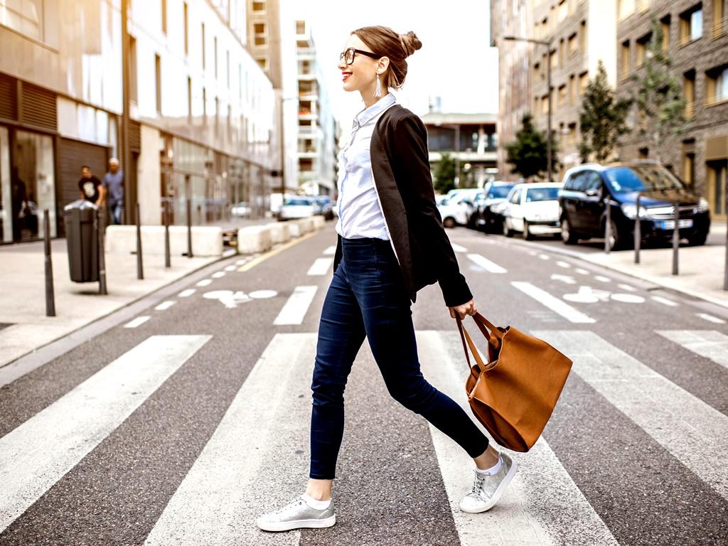 Вървене<br /> Не подценявайте силата на разходките. Те помагат поддържане на добра физическа форма, намаляват нивата на холестерола, заздравяват костите, регулират кръвното налягане и подобряват паметта. Според учените от Харвард, когато отдавна не сме тренирали, трябва да си създадем навик да ходим по поне 10-15 минути на ден и с времето да ги увеличим на 30 до 60 минути, като избягваме да пропускаме дневната си разходка.