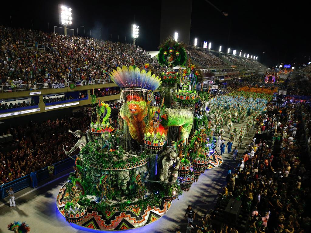 По традиция оновната атракция по време на фестивала е конкурсът на школите по самба, който се провежда на Самбадрома – 700-метров участък с трибуни. Очаква се тази година Карнавалът в Рио де Жанейро да привлече над 1,5 милиона туристи от цял свят