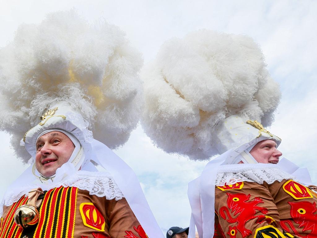 Участниците носят специални бели восъчни маски (патентовани от 1985 г.)