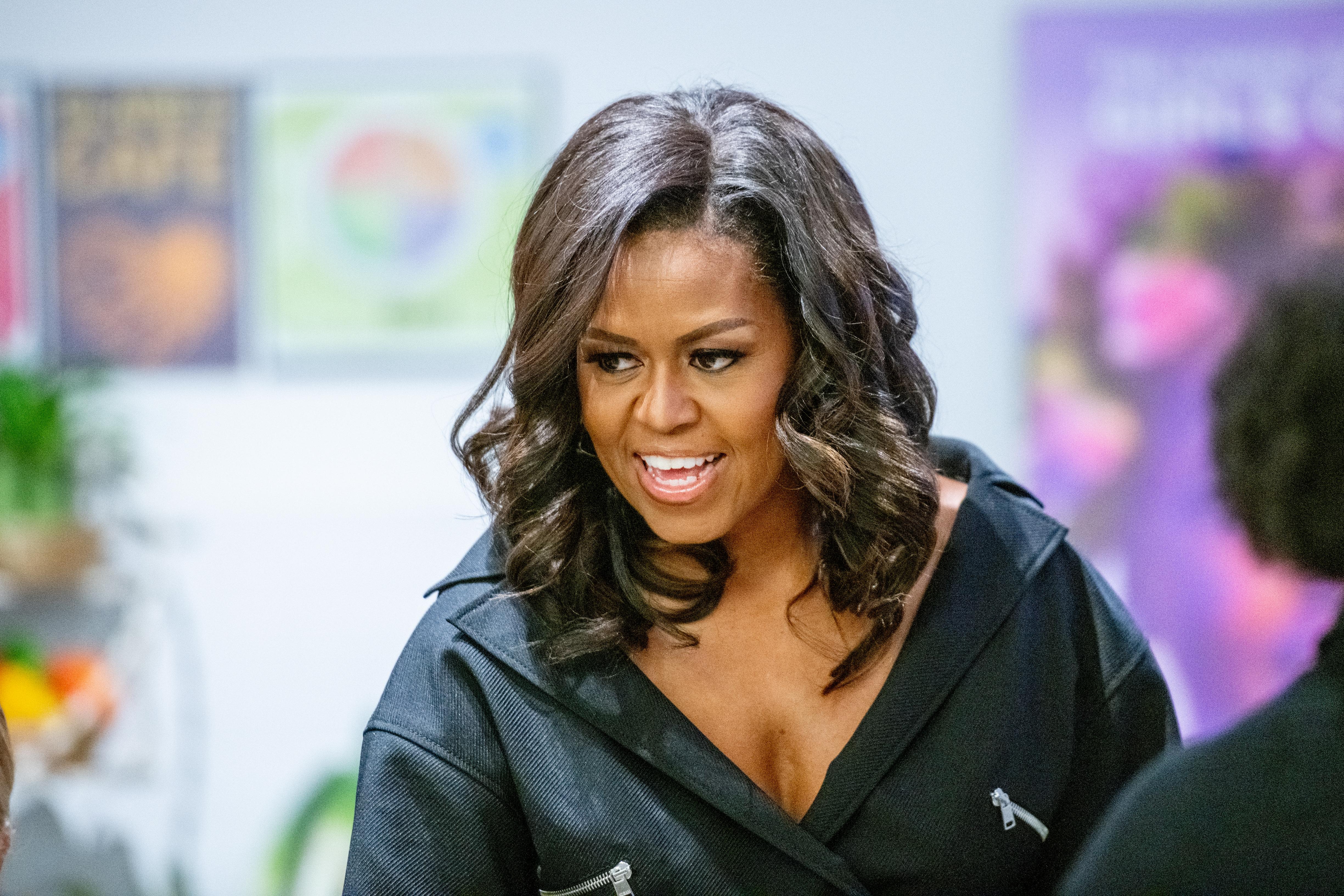 Мишел Обама е една от най-обичаните първи дами на САЩ. Тя е и първата цветнокожа жена, съпруга на президента на Щатите. По професия Мишел е адвокат.