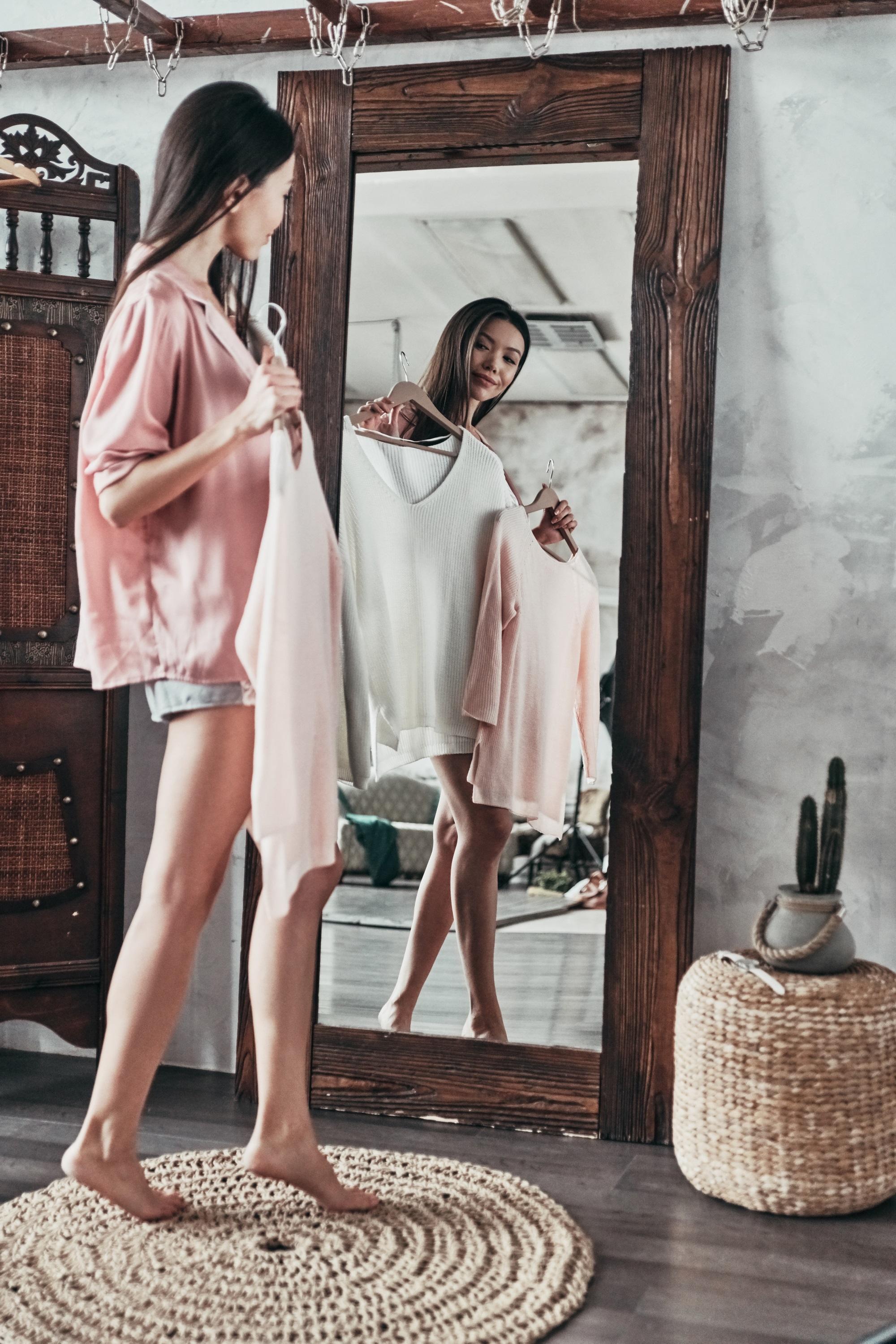 Жените прекарват близо една година от живота си в колебания какво да облекат.