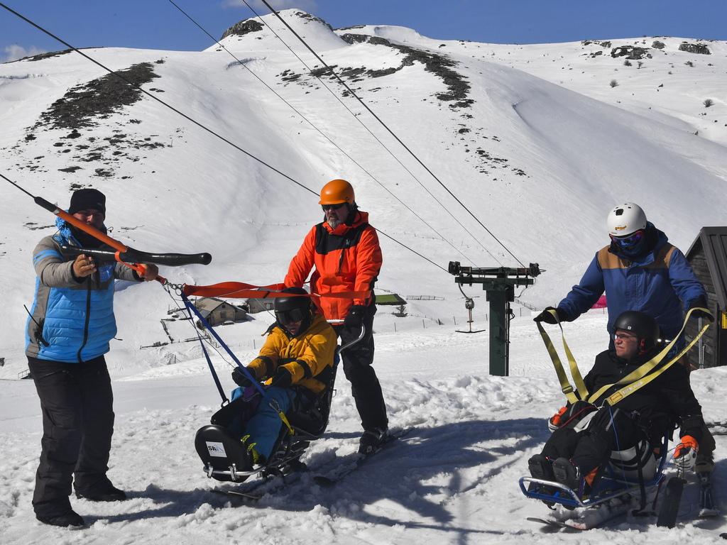 Десетки ентусиасти в ски центъра Маврово, Северна Македония дават възможност на 12 души с увреждания, да карат ски и да се насладят на бялата страст.