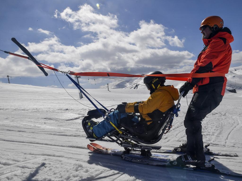 Обученията включват специален вид ски оборудване, което позволява на хората с различни видове увреждания да изпитат зимния спорт