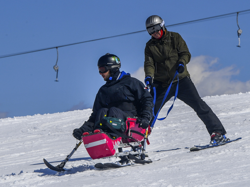 Македонски доброволци и чуждестранни ски-треньори организират обучение за хора с увреждания, за да ги запознаят със специалните техники за ски-спускане
