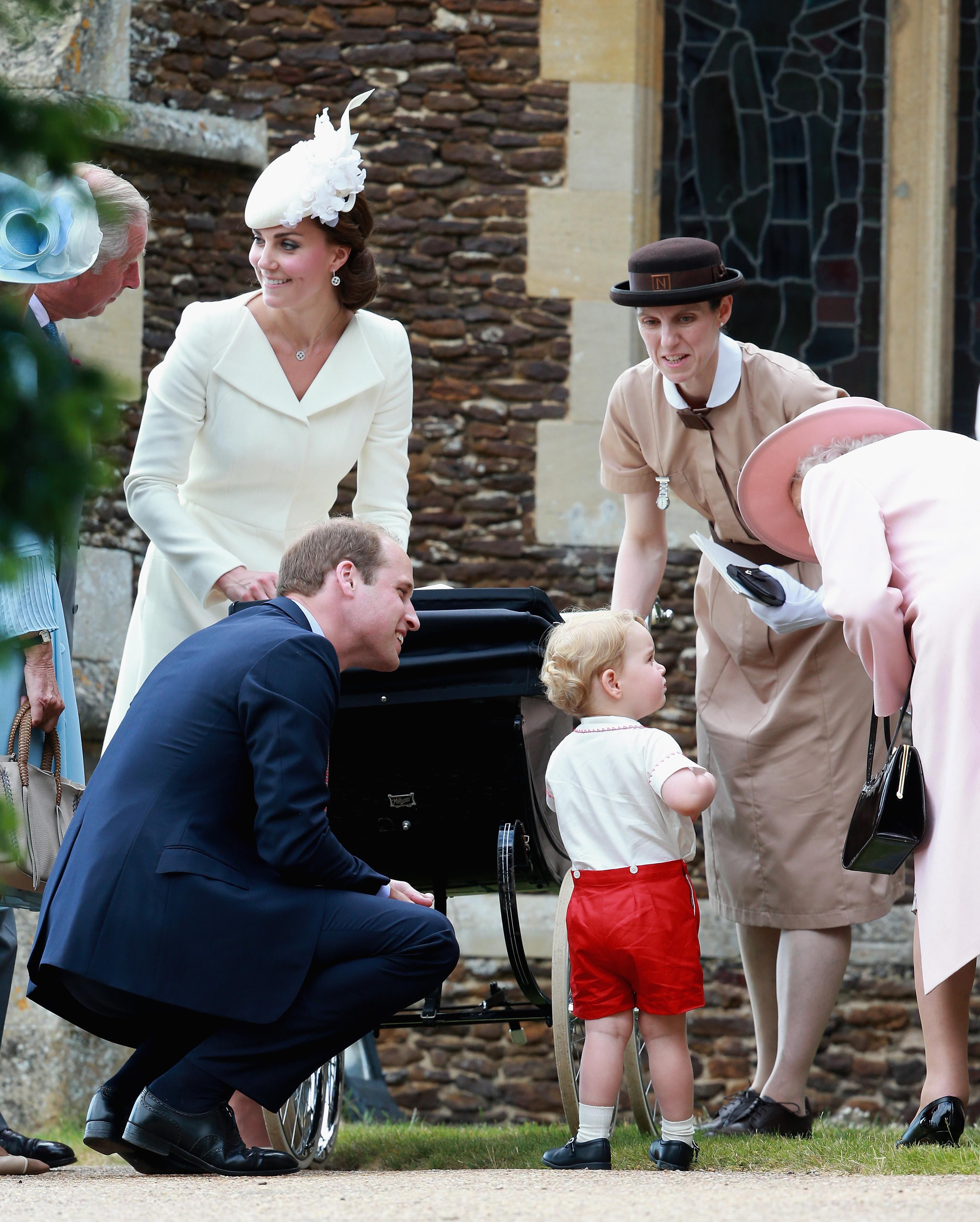 Баваката е част от семейството.<br /> Кралската бавачка на практика се превръща в част от семейството, защото тя придружава децата навсякъде, включително при семейни тържества и пътувания. Бавачката трябва да живее в двореца, за да е близо до децата. Според публикуваните писма на Джун Уалер (бавачката, която помага на Елизабет II при отглеждането на третото ѝ дете – принц Андрю) работният и ден приключвал в 20:30 ч. и преди този час тя е била изцяло на разположение на децата и дори не ѝ е било позволено да се обади по телефона. Това обаче е правило, с което се е сблъскала Джун Уалер през 60-те години, и не се знае, дали в наши дни то все още е в сила.