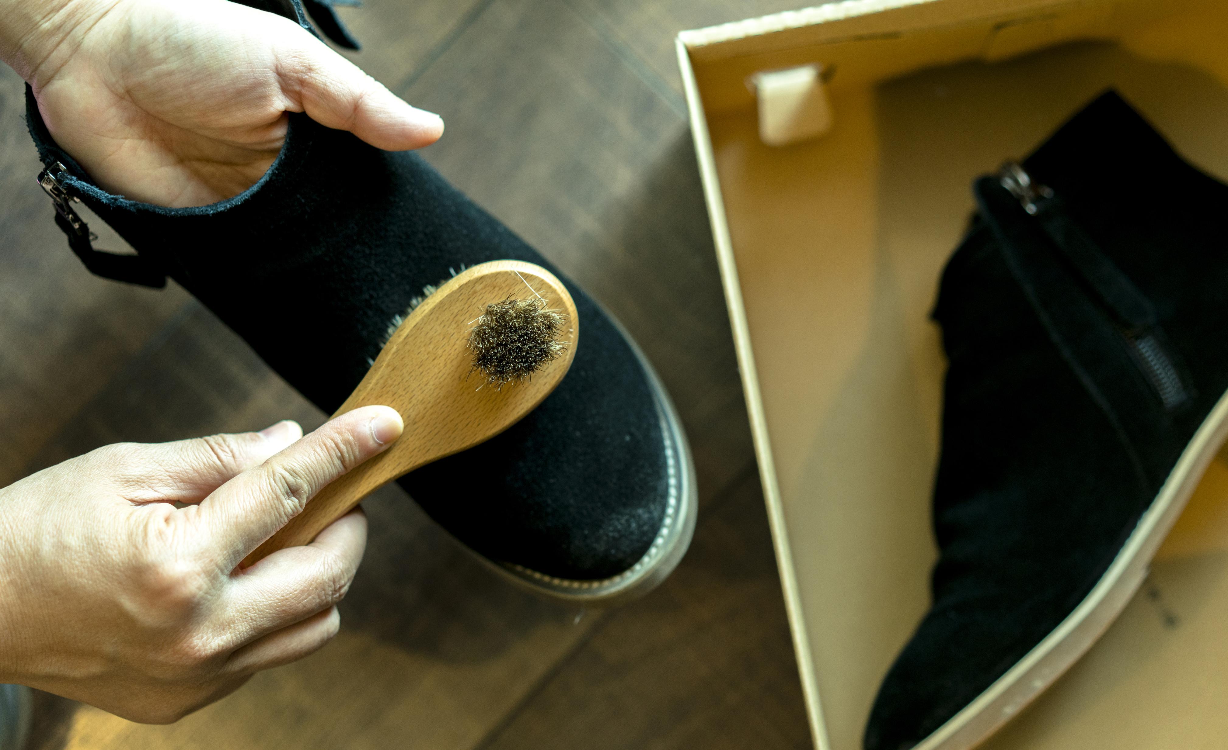 Премахни петно от велурени обувки - трябва да разтъркаш петното с тел за миене на чинии или с по-грубата страна на гъбата за съдове и мръсотията ще отпадне.