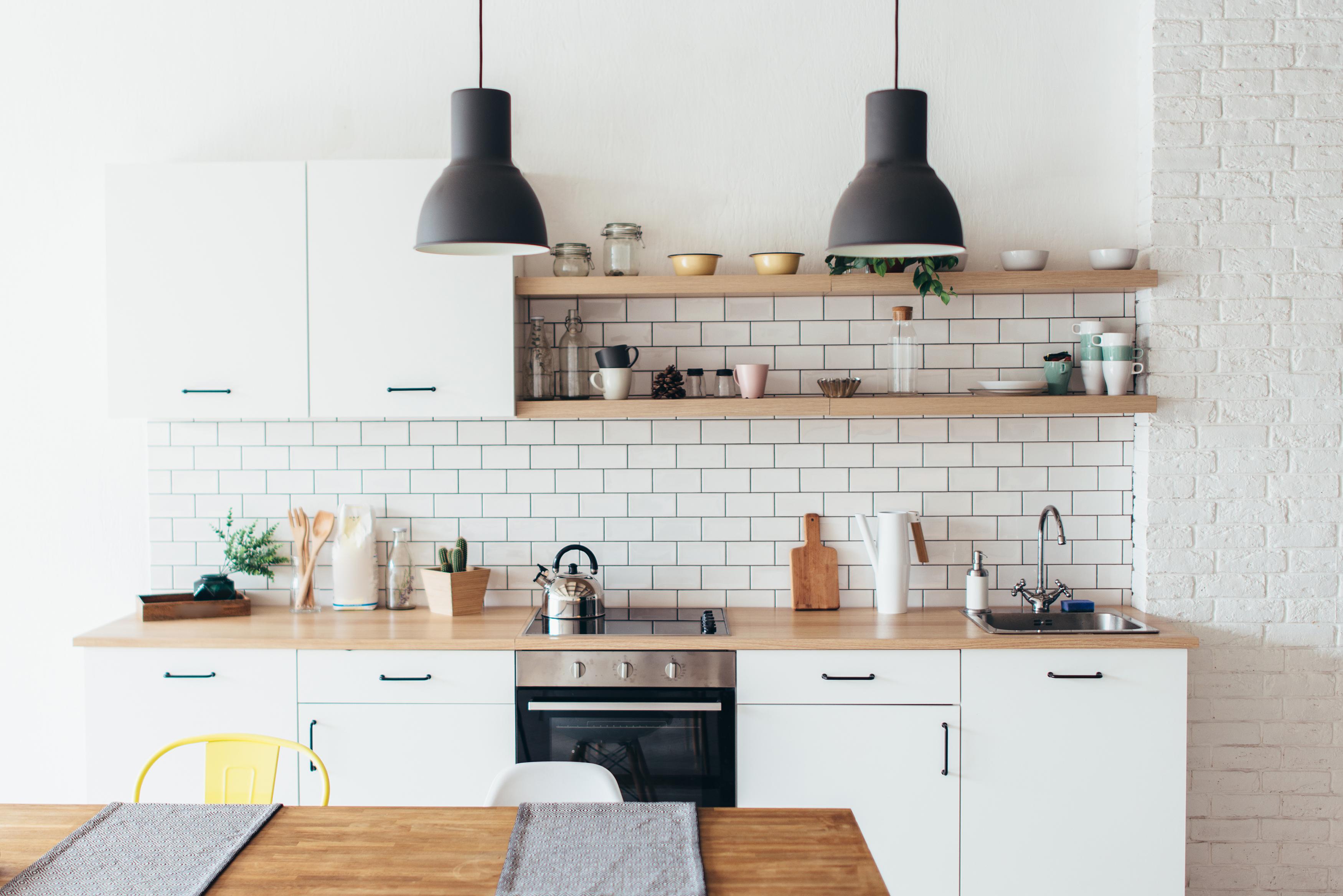 В германските кухни телевизорите се срещат рядко. За сметка на това музиката се радва на особена популярност. Кухнята е уютно пространство, в което германците често сядат и разговарят. Но за истинска почивка предпочитат хола. В бъдеще границата между кухня и хол ще се заличава все повече. Кухненското пространство ще заема все по-централно място във всекидневната, смятат експерти от мебелния сектор.