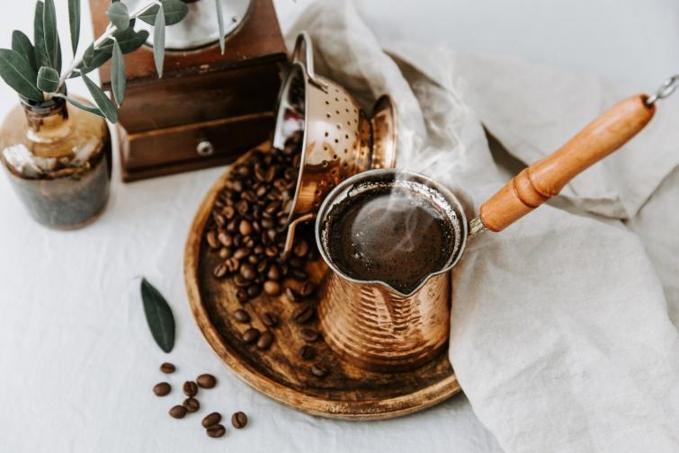 Единственото кафе, сервирано с утайката от кафените зърна<br /> Утайката, която остава в малката чашка за турско кафе, се използва запредсказване на бъдещето. Когато кафето се изпие, чашката се покрива с чинийката. После човек си пожелава нещо и обръща чашката наопаки, така че утайката от кафените зърна да образува форми.<br /> След като чашата изстине, очертанията се тълкуват. В Турция има приложения за смартфони, при които човек може да изпрати снимка на утайката, а истински предсказатели да изтълкуват какво означават формите по чашата.