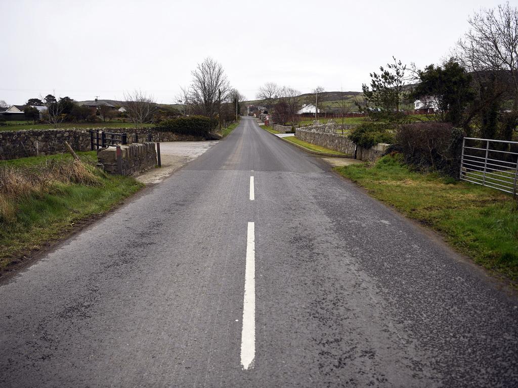 <p>Мостове, къщи, училища, църкви - невидимата граница минава навсякъде, но ирландците не я забелязват. Всъщност, може дори да не разберете, че вече сте в друга държава. Северноирландците предпочитат по-евтиното здравеопазване или образование в Ирландия. Хора от републиката пък ходят на работа на север, а вечер се прибират у дома.</p>