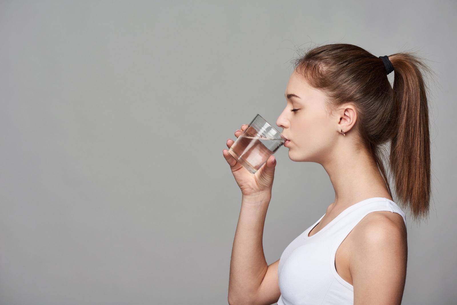 Точно преди лягане<br /> Пиенето на много вода преди сън може да доведе до смущения. Шансовете да ставате пред нощта, за да посетите тоалетната, са доста големи, а по-трудното заспиване ви е гарантирано. Освен това, на сутринта може да се чувствате подути и да имате подпухнали клепачи или крайници, защото бъбреците работят по-бавно нощем.