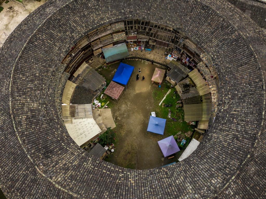 Строят се масивни структури, които не само да предотвратяват натрапници, но и да създават невероятни самовъзпроизвеждащи се микро-общности, пълни с храни, пространство за добитък, жилищни помещения, храмове, оръжия и др