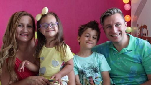 Микаела, заедно с брат си Крис и родителите - Силвена и Красимир.