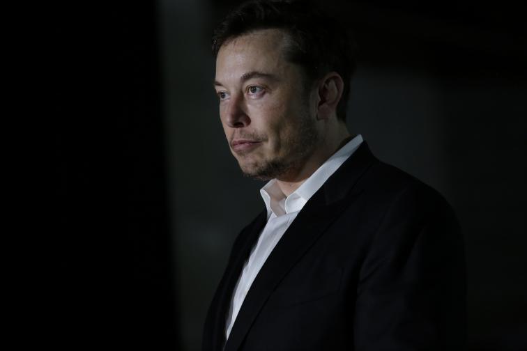 """Никога не се предавайте<br /> Мъск, както много други предприемачи, добре познава вкуса на провала. Той е изправян пред редица предизвикателства с компаниите си, както и пред фалит, но винаги се изправя на краката си и продължава. """"Никога не се предавам. Трябва да съм умрял или напълно неработоспособен"""", споделя той през 2014 г. в 60-минутно интервю със Скот Пайли."""