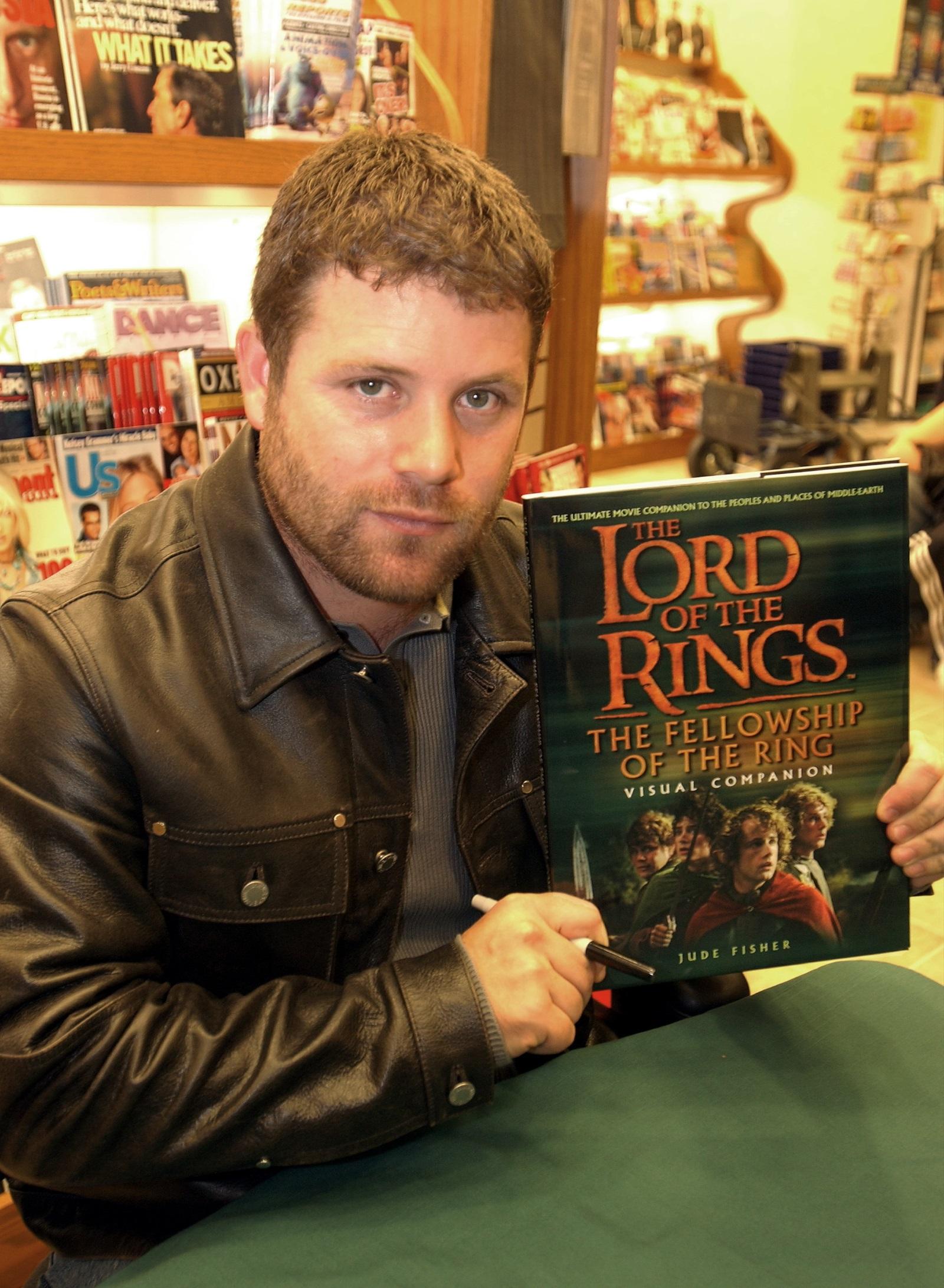 """Британският писател Джон Толкин е смятан за основател на жанра фентъзи. По негови книги са направени филмите """"Хобитът"""" и """"Властелинът на пръстените"""".<br /> На снимката: АктьорътШон Остин"""