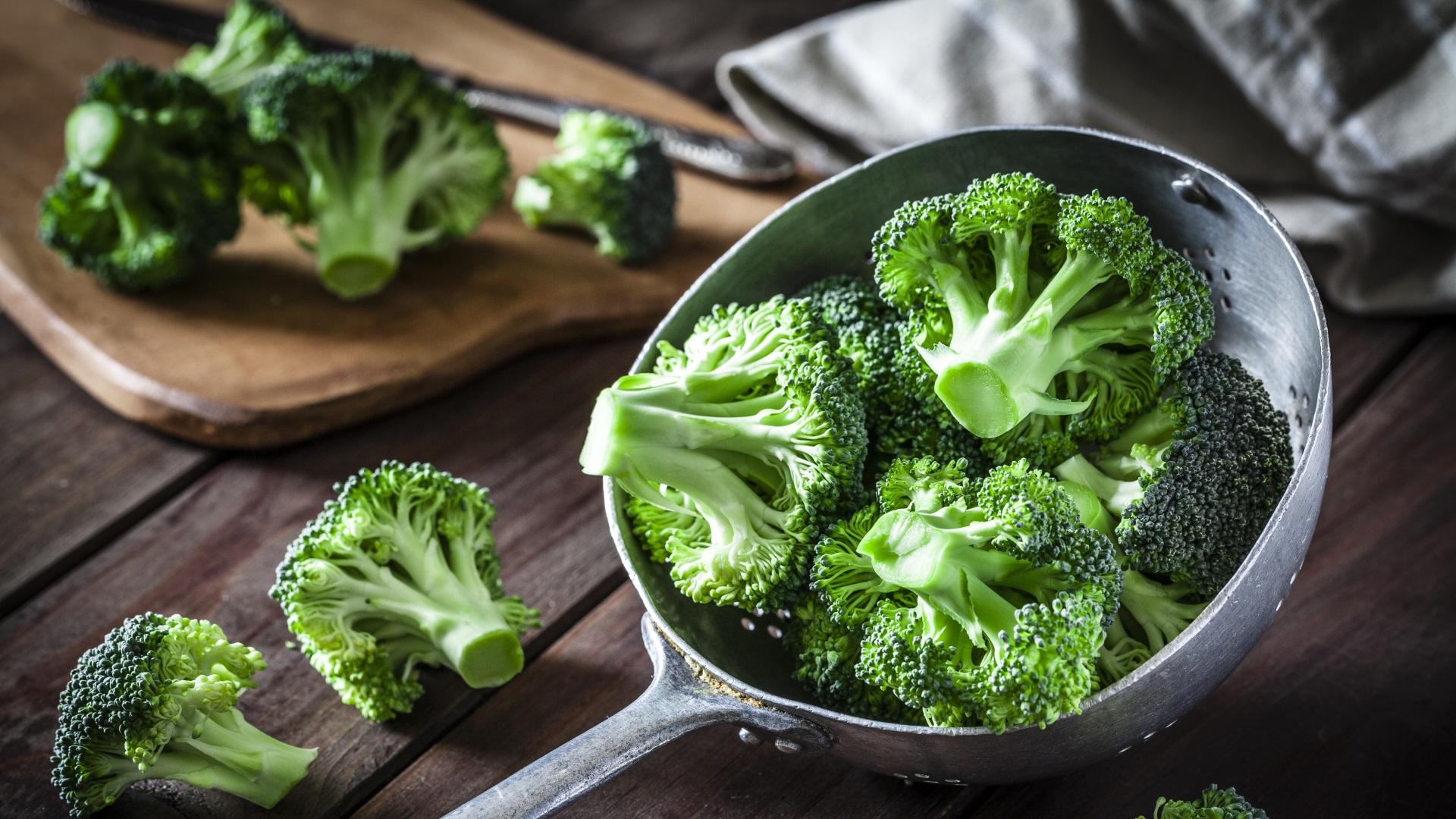 Качествените пресни броколи са с тъмнозелен до синкав цвят, а цветчетата плътно затворени.Ако броколите са жълто-зелени, това е в резултат на неправилно съхранение.