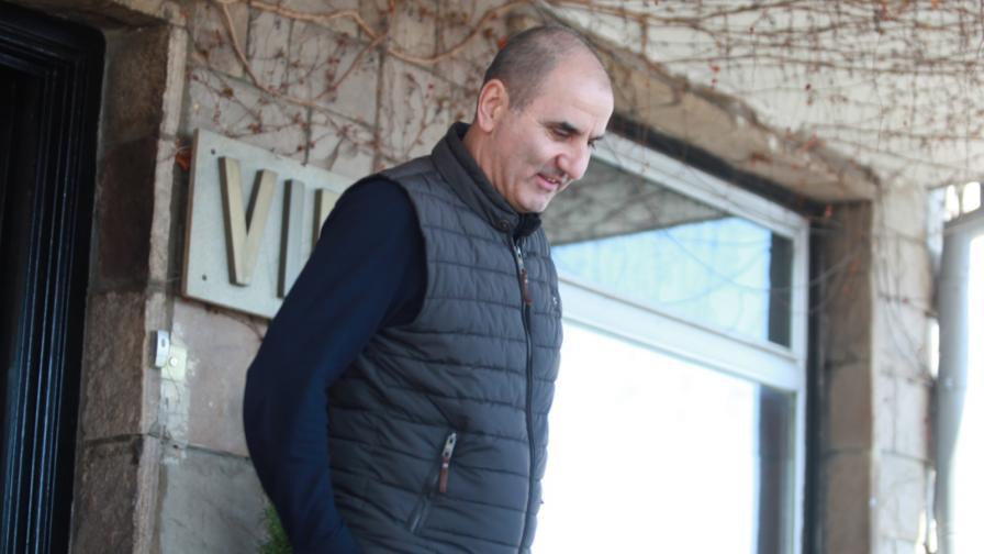 Цветан Цветанов при пристигането си на летище София