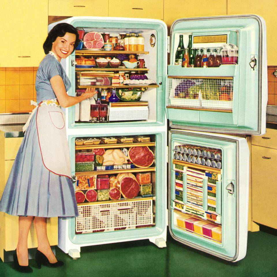 жена ретро хладилник храна