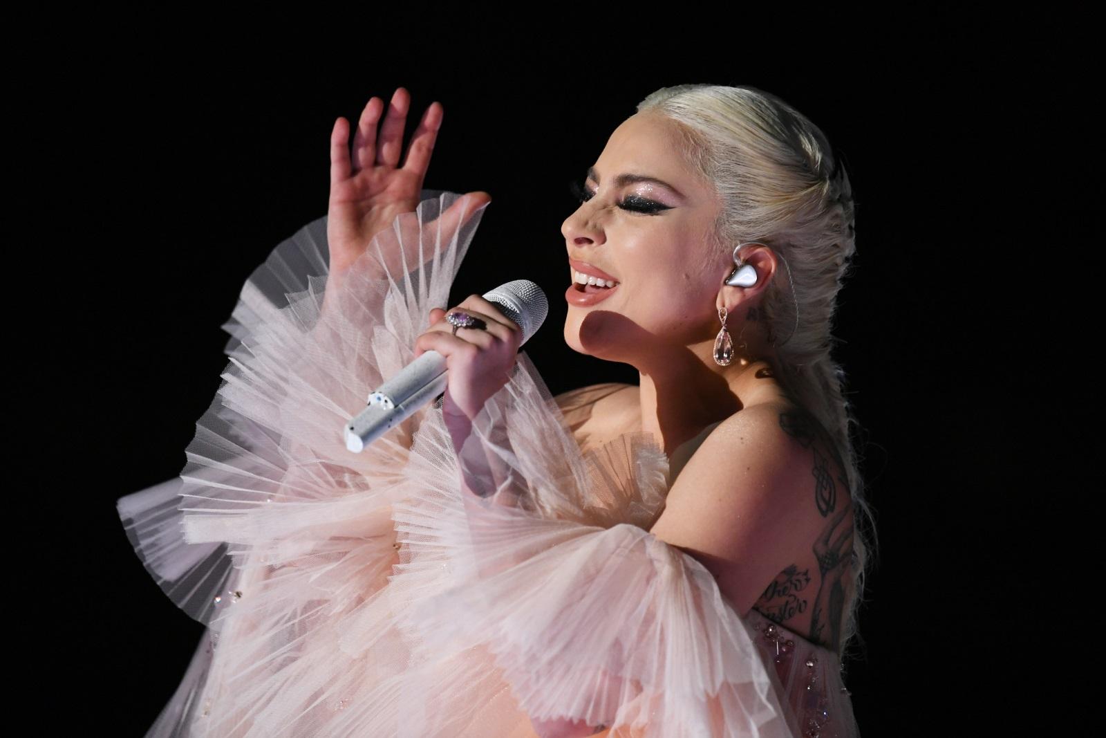 Сред съучениците си Гага била единствената, която работила след занятия. Била е сервитьорка.