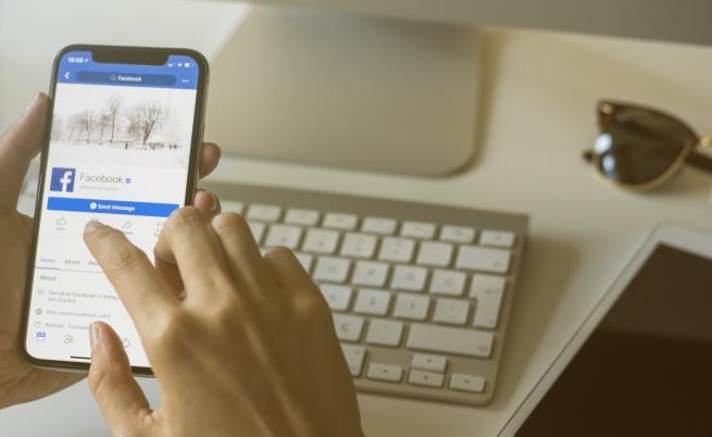 Facebook е пристрастяващ и вреден, казва Марк Бениоф