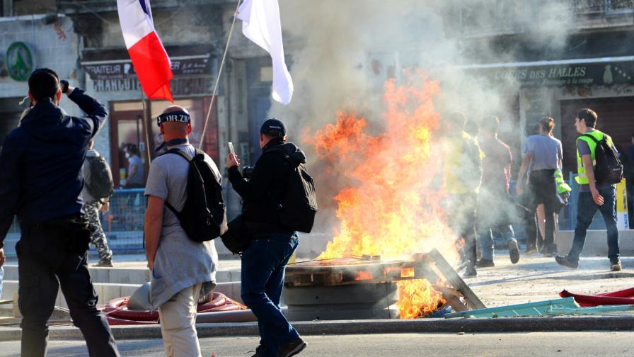 <p>Сблъсъци между &bdquo;жълтите жилетки&rdquo; и полицаи във Франция</p>