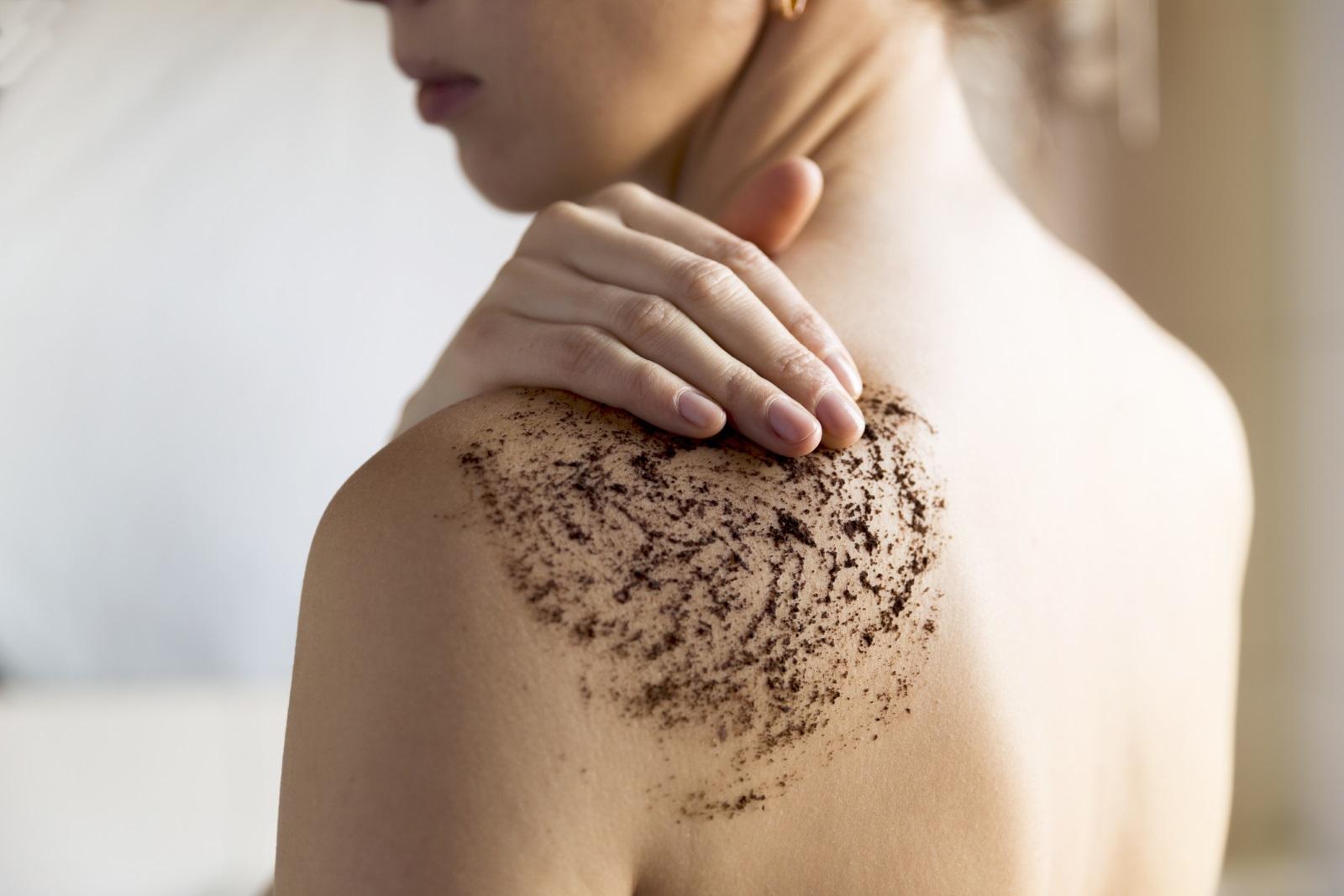Това е страхотен домашен скраб за тяло, който отнема мъртвите клетки, освежава кожата, прави я по-еластична и сияйна.