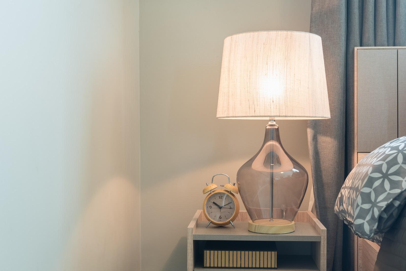 Една хитра идея за промяна в интериора на дома са лампите. И по-конкретно като обновите външния им вид. Например абажурите, променете цвета в по-свеж и протелетен като бледорозово, светлозелено или жълто. Може да го направите сами с подръчни материали.