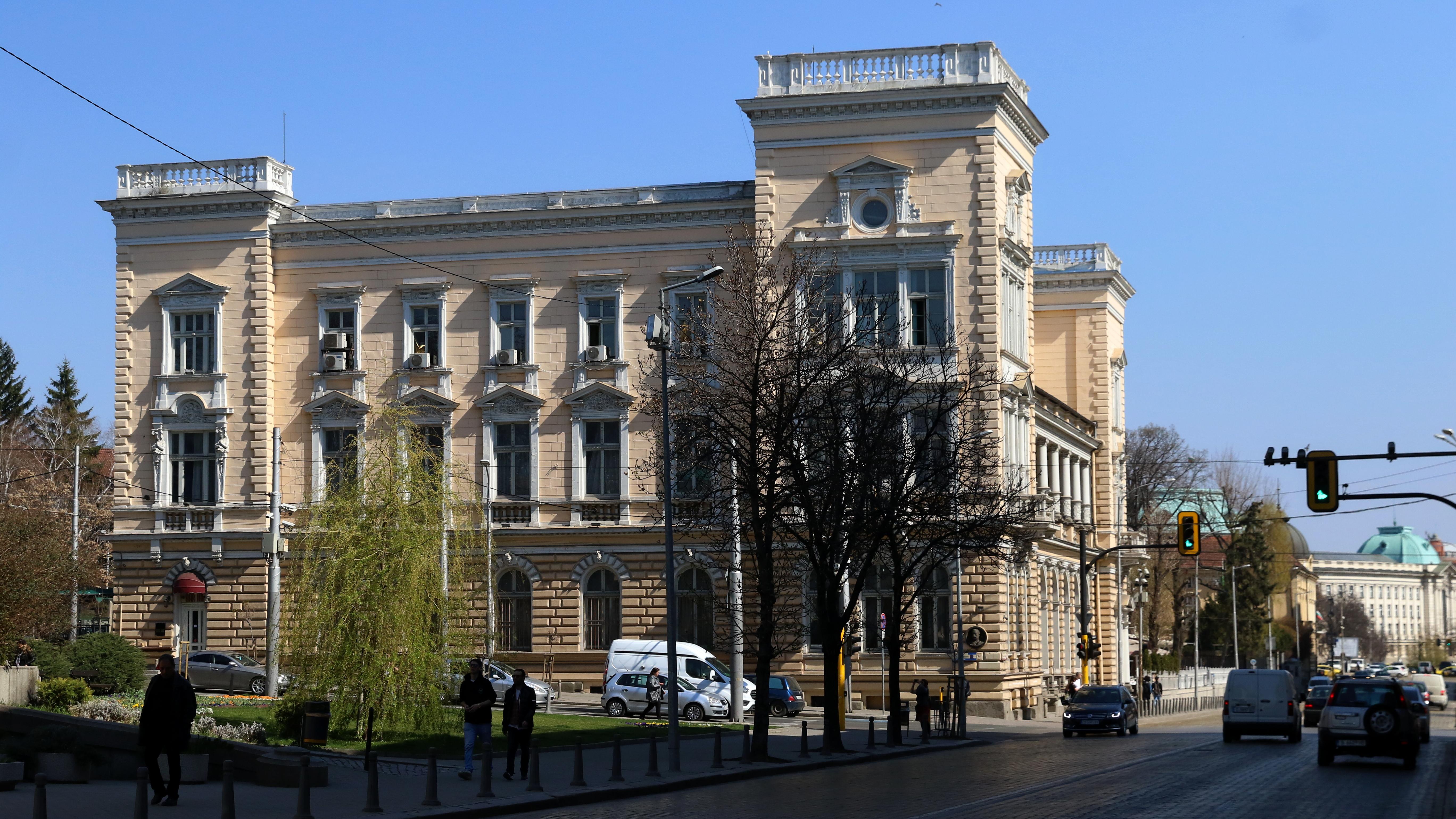 Централният военен клуб. Замислена и градена, сградата е по проект на чешкия архитект Антонин Колар в стил Неоренесанс, сградата е завършена цялостно от българския архитект Никола Лазаров през 1907 година.
