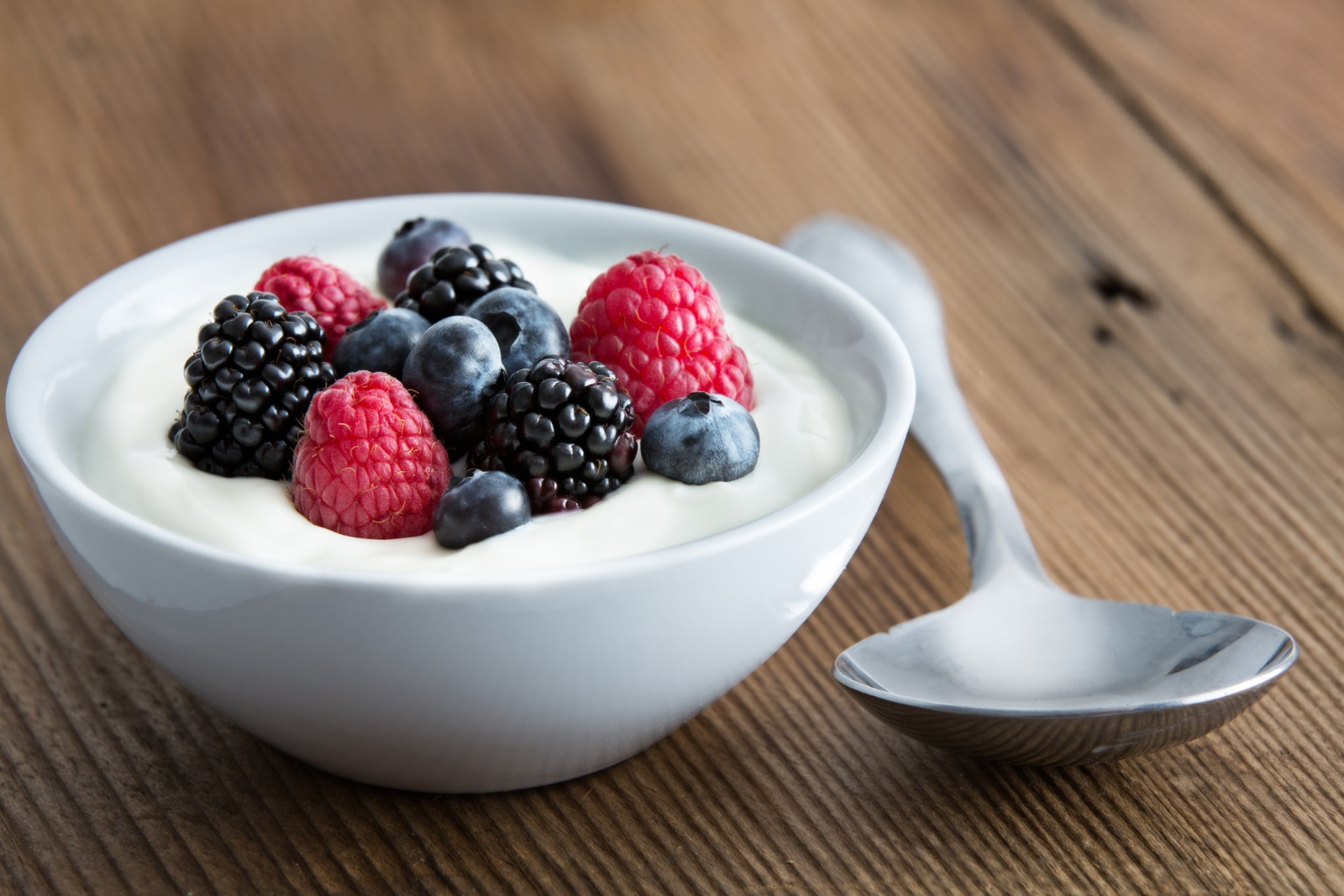Кисело мляко с пресни плодове е чудесна закуска за Водолеите.