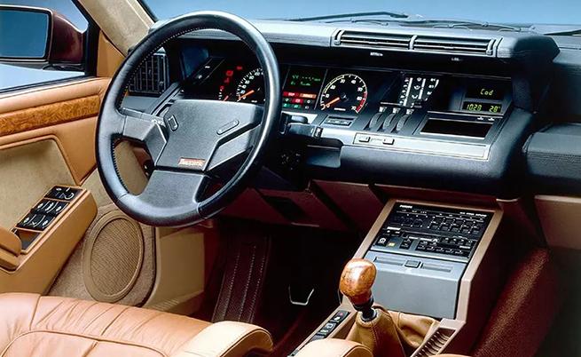 На този фон ви показваме един френски интериор (Renault 25 Baccara) от 80-те години, който може да се сметне за пълен лукс за времето си.