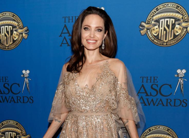 """<p><strong>Анджелина Джоли</strong> - семейството на Джоли и Пит винаги много елегантно е навигирало децата си в избора им на пол, към който да се определят и то под зоркото око на публичното пространство. Момиченцето им Шайло пожелава едва на 3-годишна възраст да бъде наричано Джон, а на 4 вече се облича като момче на публични събития.</p>  <p>Самата Джоли признава в интервю преди години, че Шайло иска да бъде момче<em>. """"Отрязахме й косата и й купуваме само момчешки неща, тя ги харесва.""""</em></p>  <p>И двамата родители дават пълна свобода на Шайло, както и на другите си деца, какви са бъдат интересите им и как да изразяват половата си принадлежност.</p>  <p><em>""""Няма как да знаеш кои са децата ти, преди те да решат и да ти покажат, споделя още Джоли.""""</em></p>"""