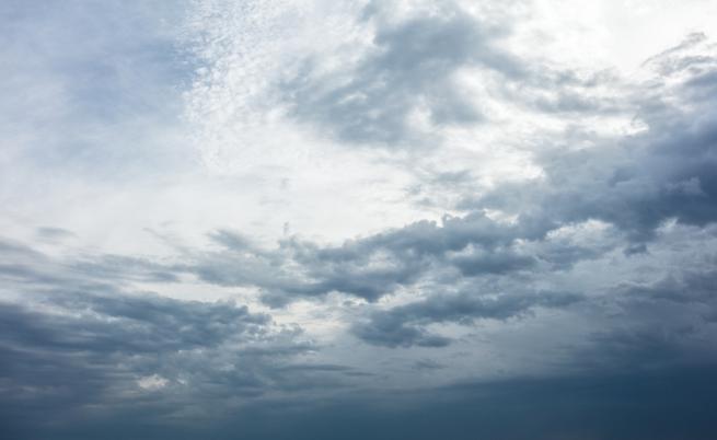 Времето през уикенда: Облачно с превалявания